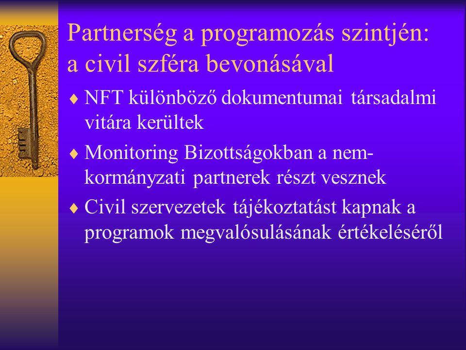 Partnerség a programozás szintjén: a civil szféra bevonásával  NFT különböző dokumentumai társadalmi vitára kerültek  Monitoring Bizottságokban a nem- kormányzati partnerek részt vesznek  Civil szervezetek tájékoztatást kapnak a programok megvalósulásának értékeléséről
