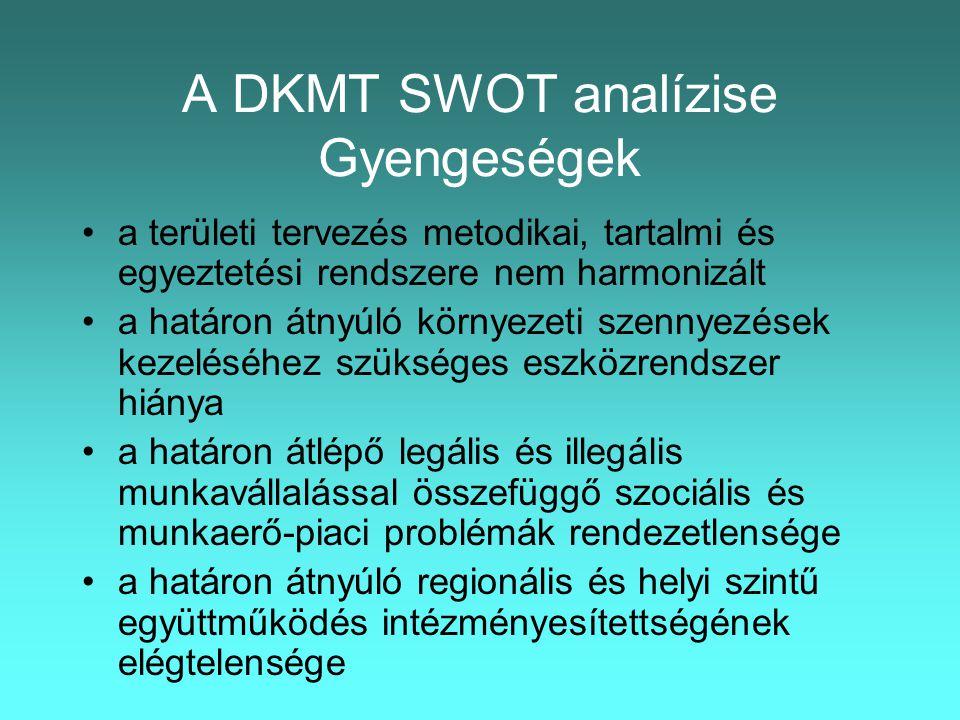 A DKMT SWOT analízise Gyengeségek •a területi tervezés metodikai, tartalmi és egyeztetési rendszere nem harmonizált •a határon átnyúló környezeti szennyezések kezeléséhez szükséges eszközrendszer hiánya •a határon átlépő legális és illegális munkavállalással összefüggő szociális és munkaerő-piaci problémák rendezetlensége •a határon átnyúló regionális és helyi szintű együttműködés intézményesítettségének elégtelensége