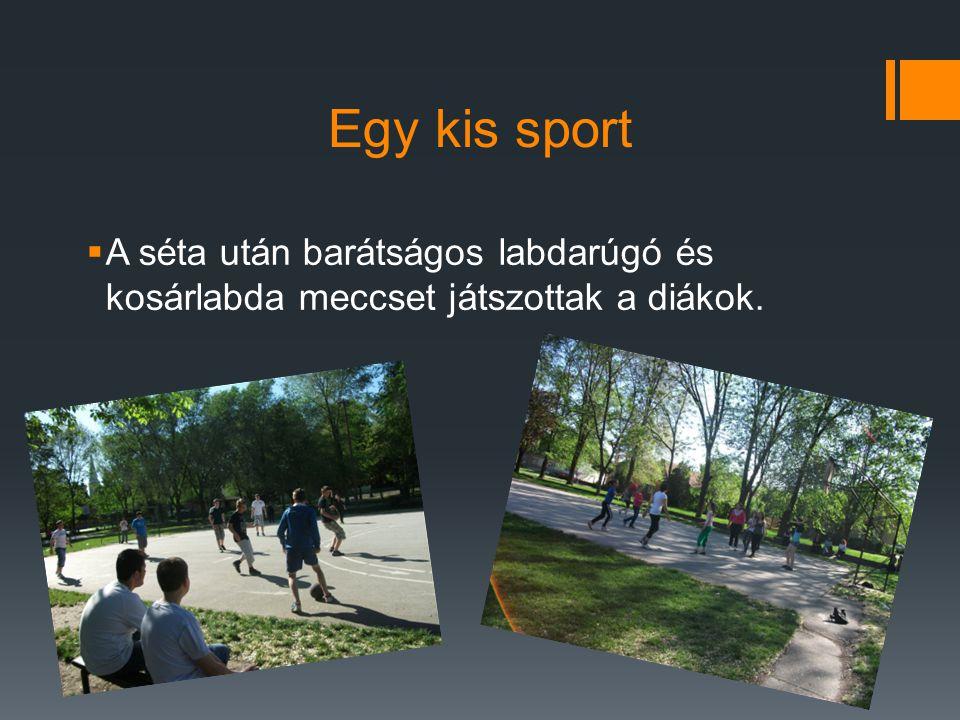 Egy kis sport  A séta után barátságos labdarúgó és kosárlabda meccset játszottak a diákok.