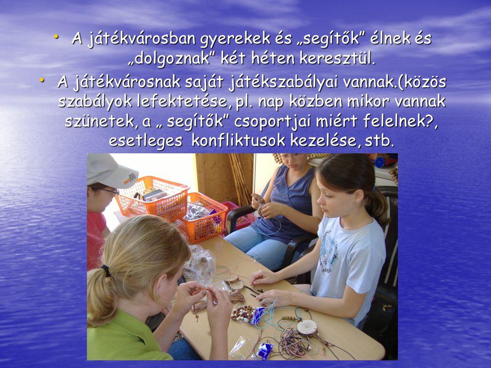 """• A játékvárosban gyerekek és """"segítők élnek és """"dolgoznak két héten keresztül."""