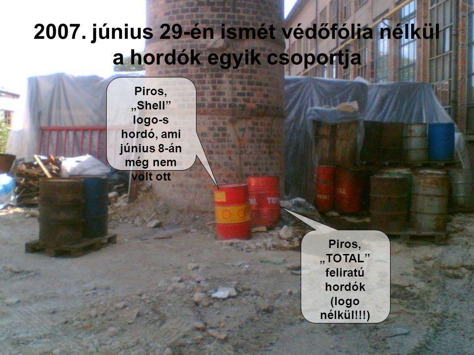 """2007. június 29-én ismét védőfólia nélkül a hordók egyik csoportja Piros, """"Shell"""" logo-s hordó, ami június 8-án még nem volt ott Piros, """"TOTAL"""" felira"""
