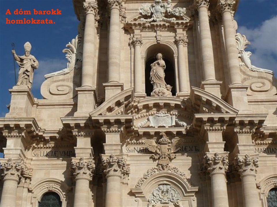 Siracusa dómja az isz.előtti V. századi Apolló templom oszlopsorainak a beépítésével épült 1728-1787-ig.