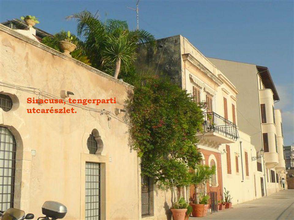 Az Ortigia-sziget csúcsán Maniace vára a XIII. századból.
