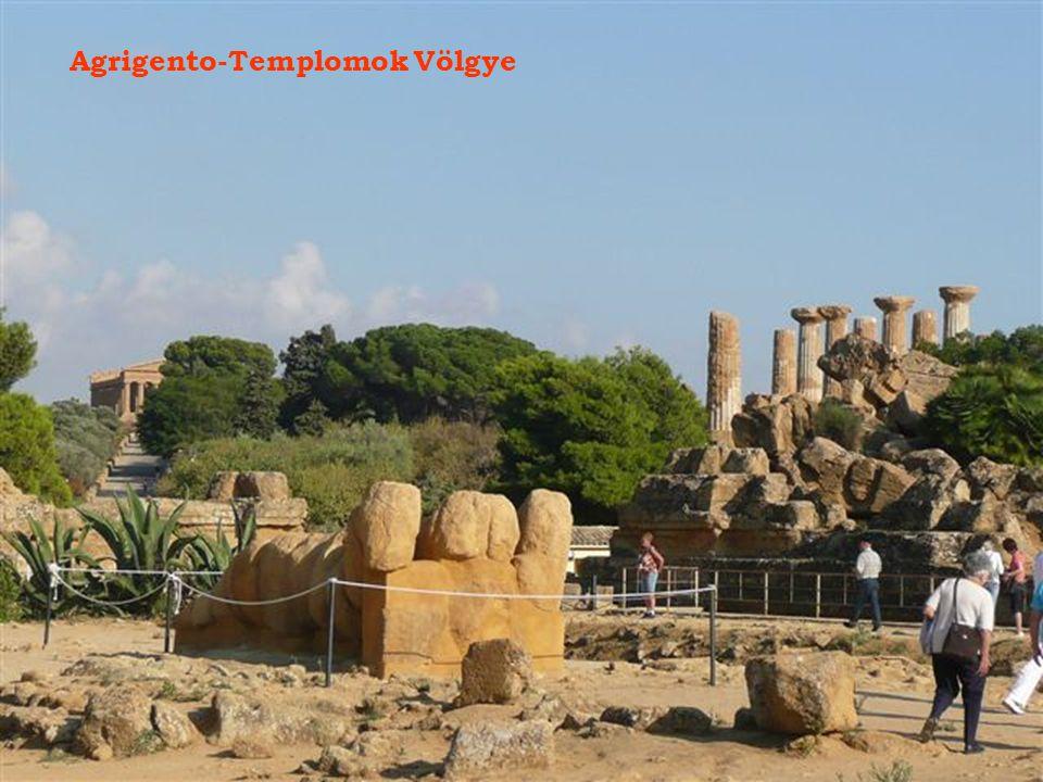 A sziget déli részén, Agrigento mellett egy nagy ókori város építészeti maradványai találhatók.