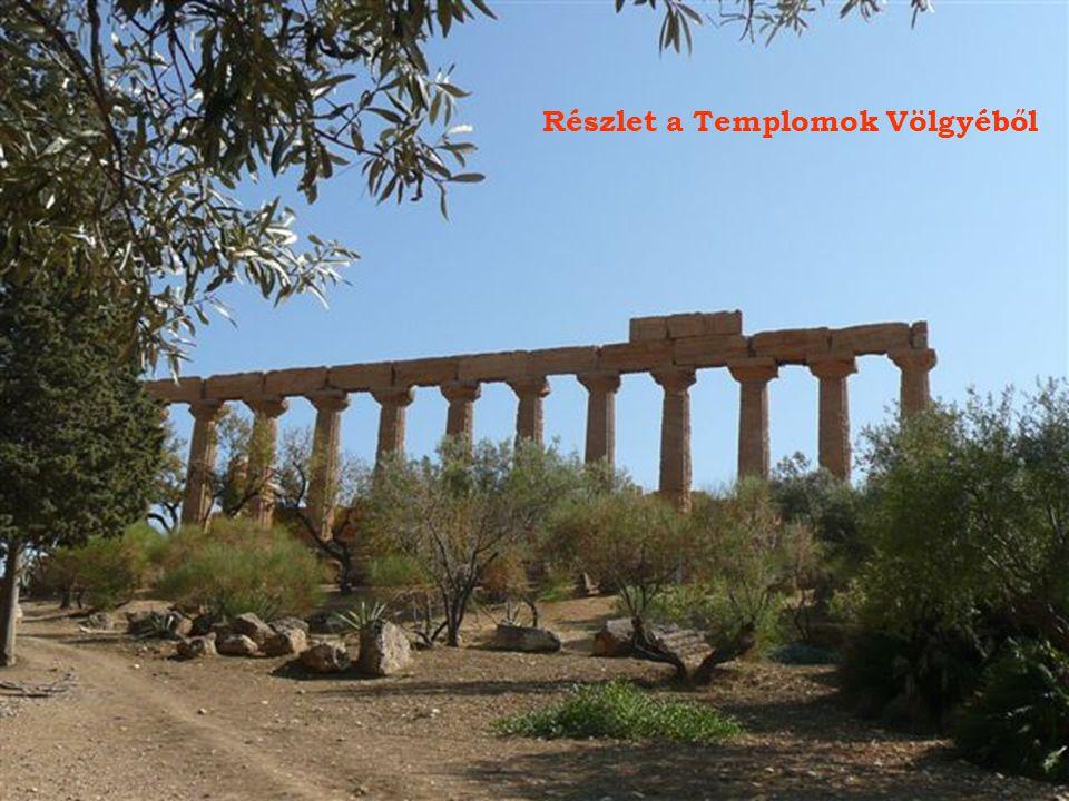 Egy hatalmas,-valamikor Zeusz templomában álló-talamon gigász. Háttérben a mai Agrigento városa.