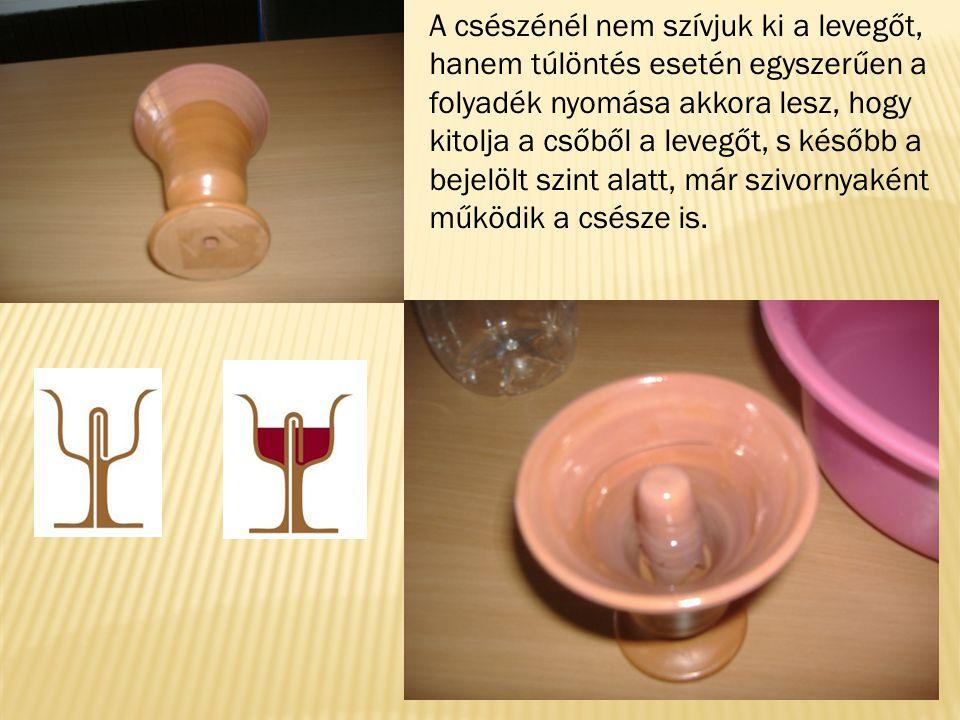 A csészénél nem szívjuk ki a levegőt, hanem túlöntés esetén egyszerűen a folyadék nyomása akkora lesz, hogy kitolja a csőből a levegőt, s később a bej