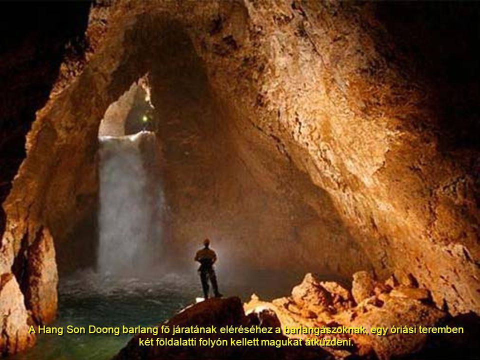 A Hang Son Doong barlang fö járatának eléréséhez a barlangászoknak, egy óriási teremben két földalatti folyón kellett magukat átküzdeni.