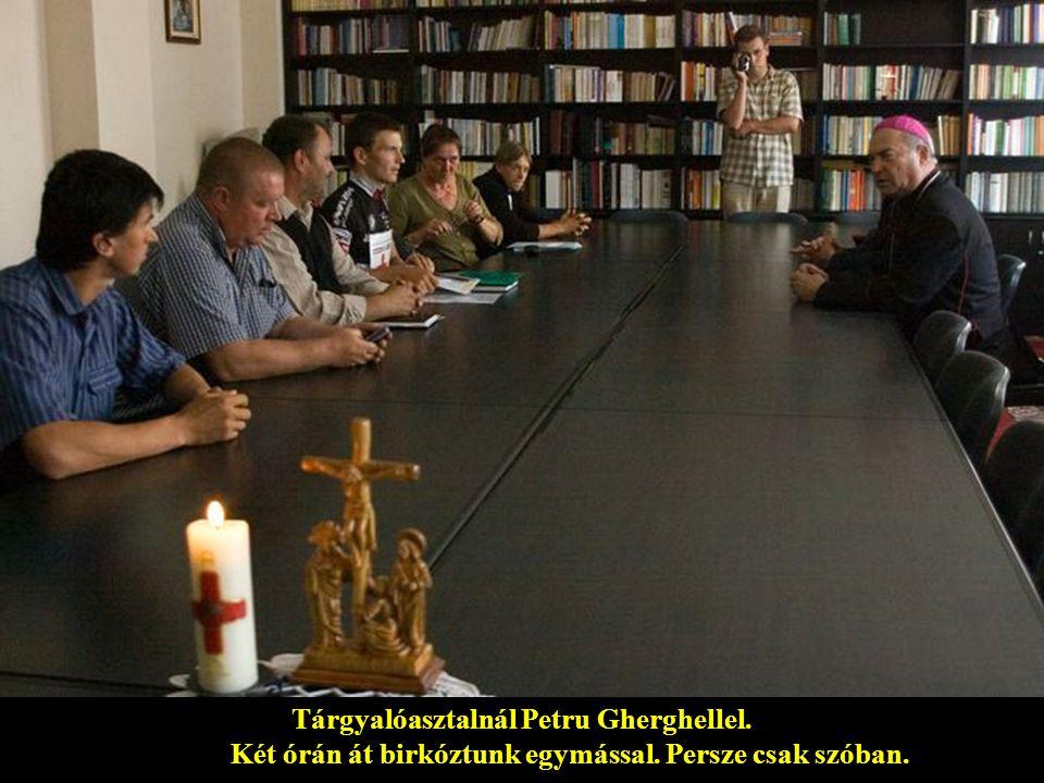 A jászvásári püspökségen: tőlem jobbra Cornel Cadar szővivő és Petru Gherghel püspök