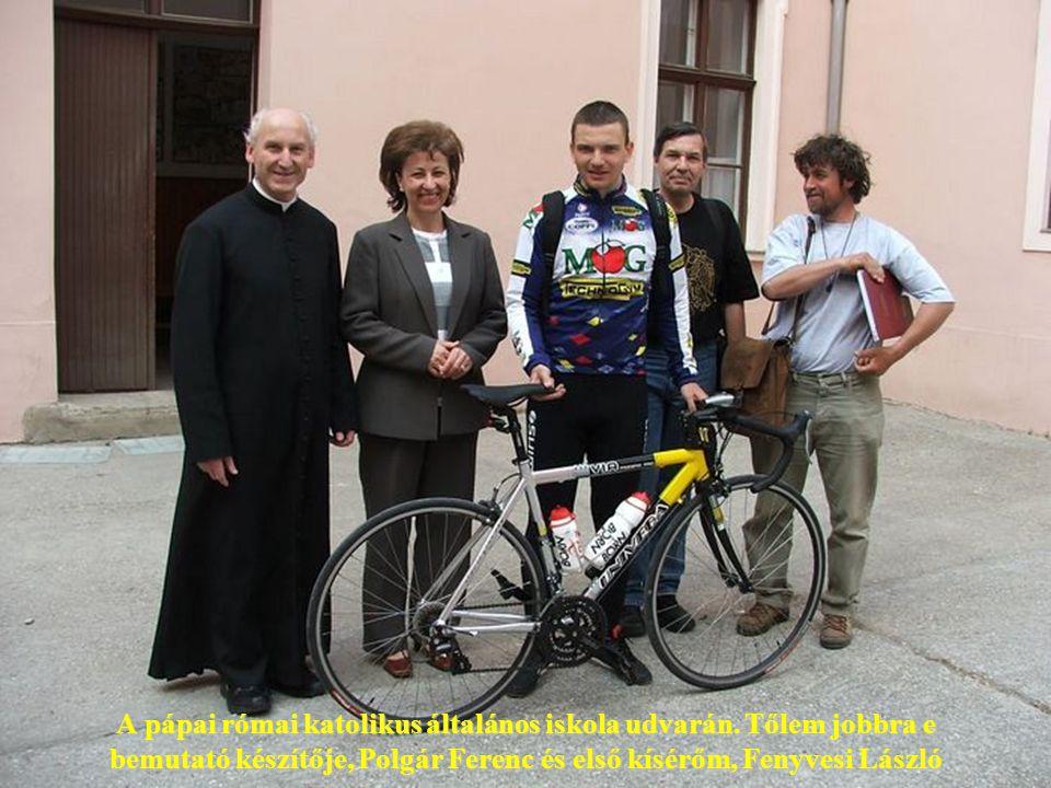 Pápai Lajos győri püspök ír a zarándoklat emlékkönyvébe