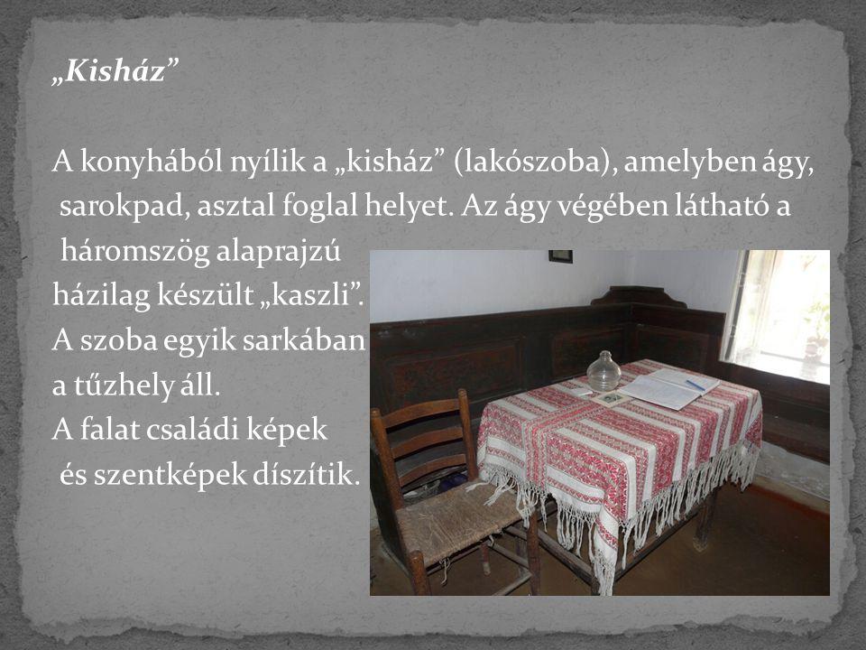 """""""Kisház"""" A konyhából nyílik a """"kisház"""" (lakószoba), amelyben ágy, sarokpad, asztal foglal helyet. Az ágy végében látható a háromszög alaprajzú házilag"""