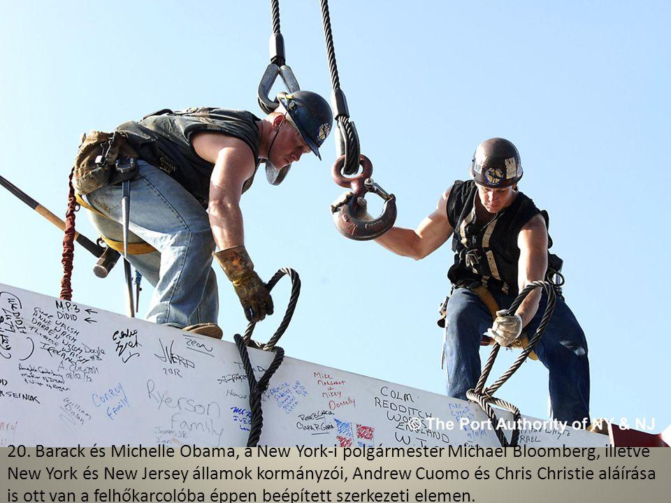 19. New York két ikonikus látványossága egy képen: a Szabadság-szobor mellett úsztatják el éppen az új WTC néhány szerkezeti elemét az építkezéshez.