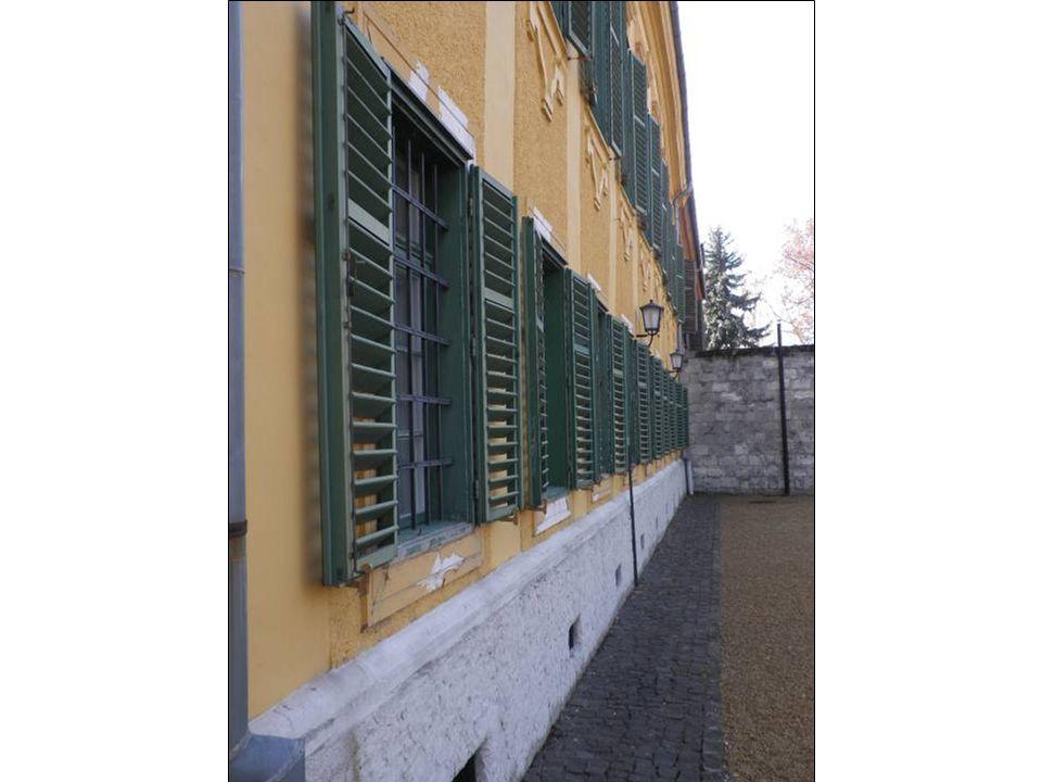 A trapézidomba komponált, A betűt formázó épülettömb északra néző cour d honneur- ös (díszudvaros) főhomlokzatát barokk programmal alakították ki.