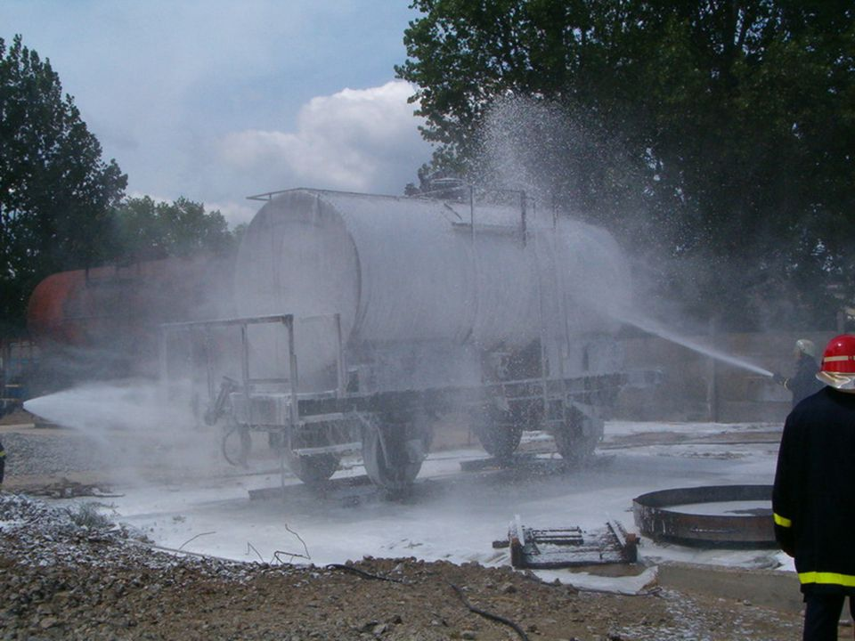 Vasúti vagon oltása.... Tank wagon extinguishing...