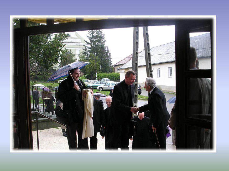 Dr. Beer Miklós váci megyés püspök atya 2004. áprilisában megáldja az elkészült új részt.