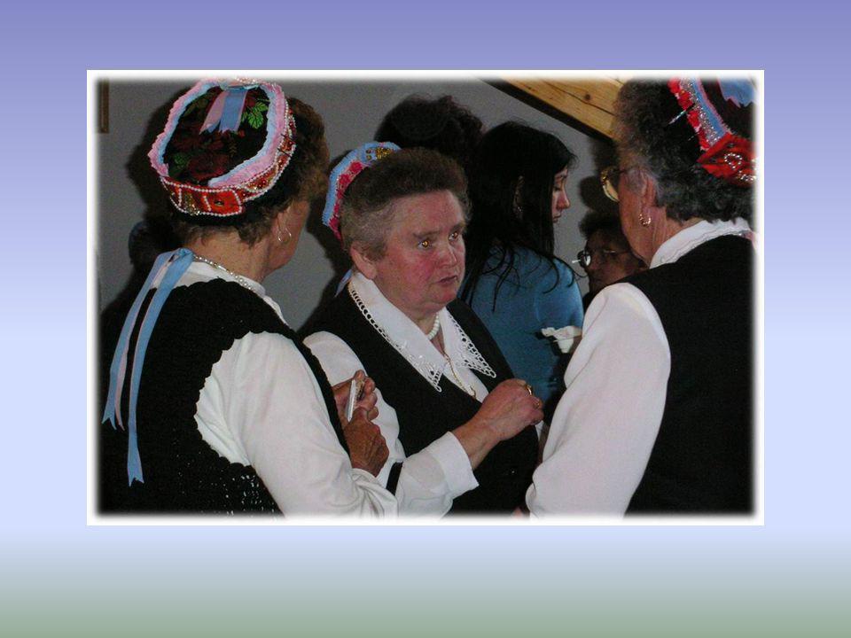Valkói népdalkör Köszönti Püspök Atyát