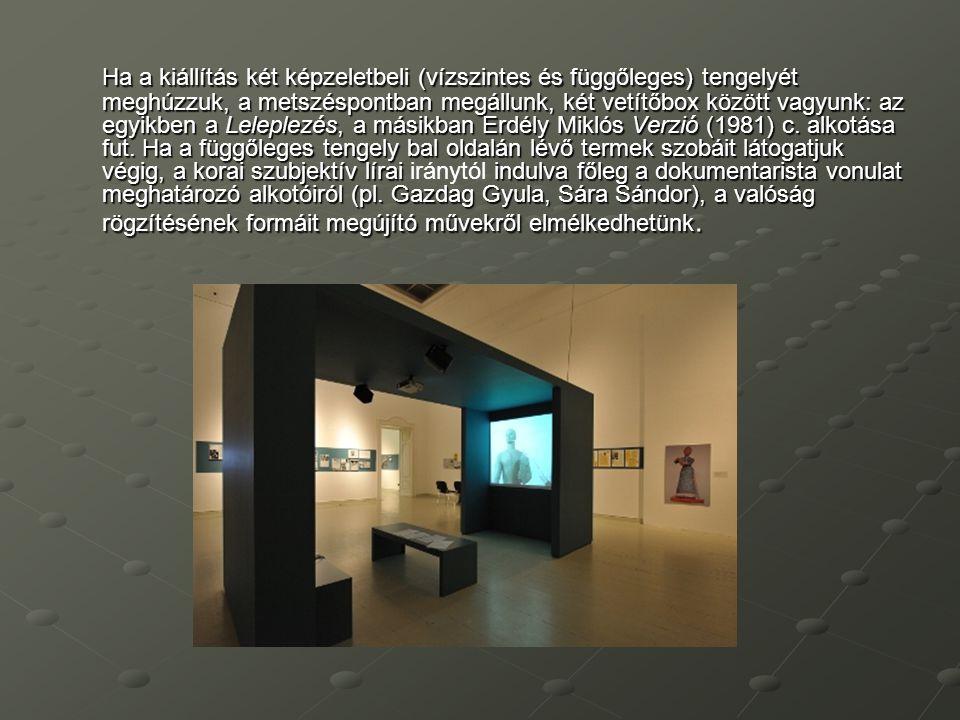 Ha a kiállítás két képzeletbeli (vízszintes és függőleges) tengelyét meghúzzuk, a metszéspontban megállunk, két vetítőbox között vagyunk: az egyikben