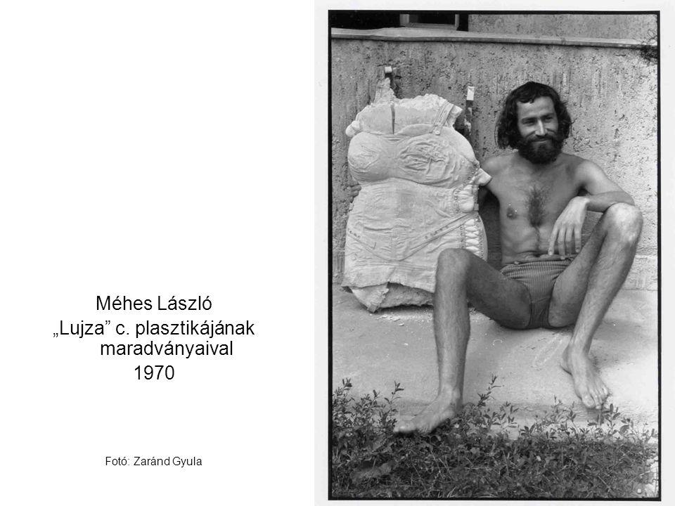 """Méhes László """"Lujza"""" c. plasztikájának maradványaival 1970 Fotó: Zaránd Gyula"""