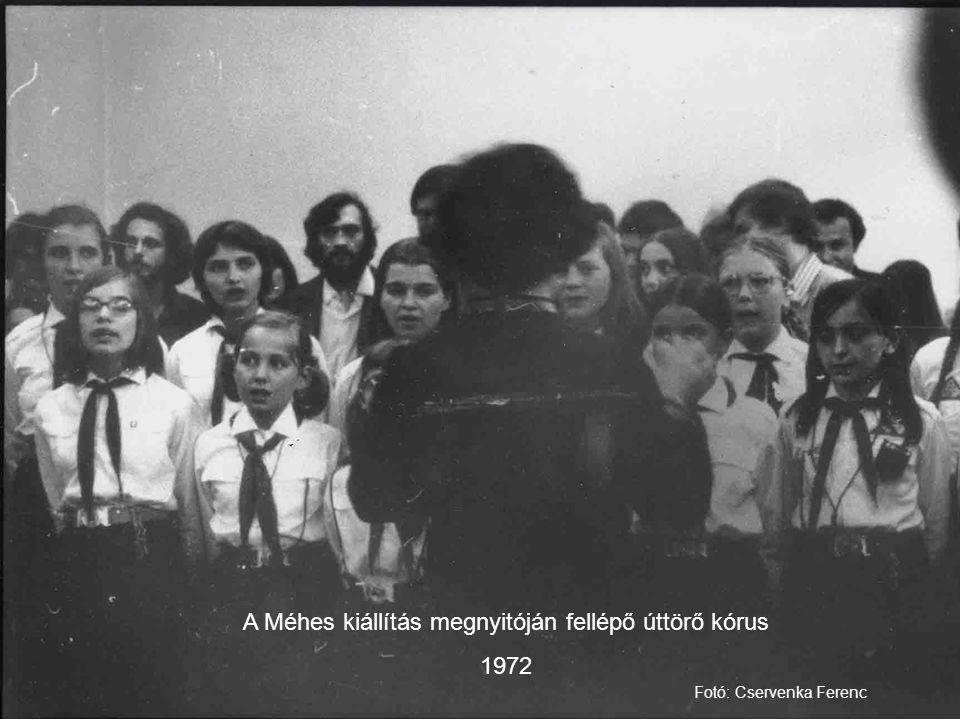 A Méhes kiállítás megnyitóján fellépő úttörő kórus 1972 Fotó: Cservenka Ferenc