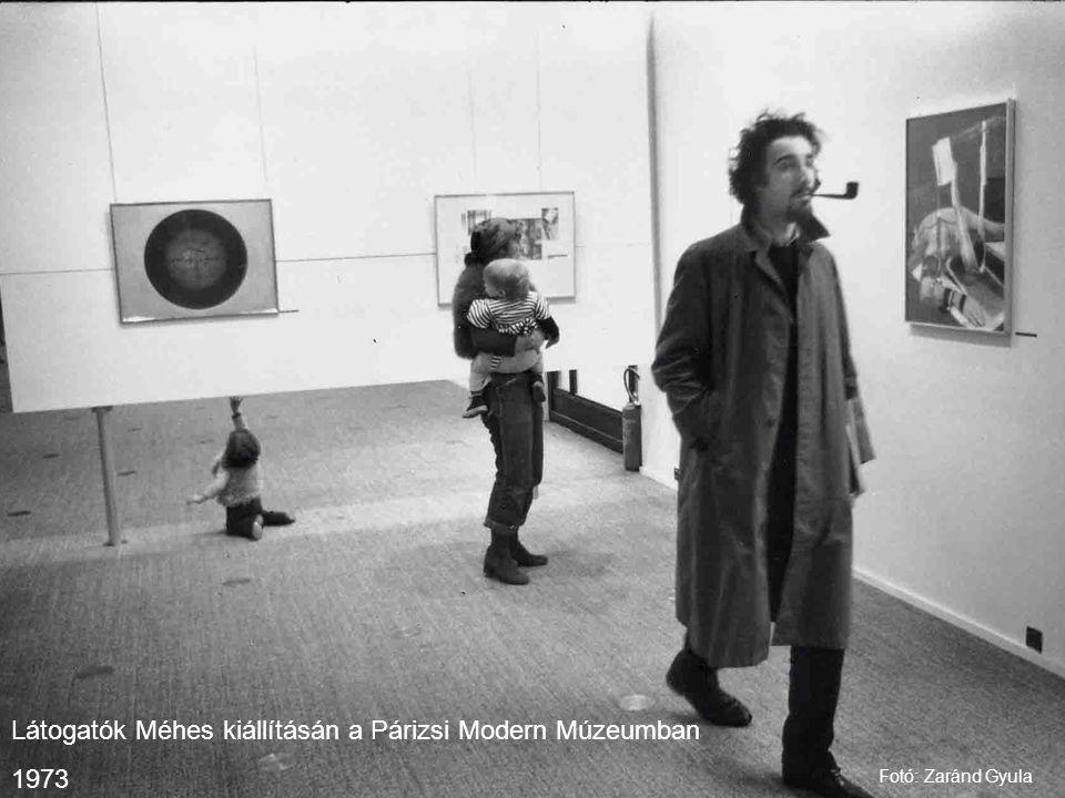Látogatók Méhes kiállításán a Párizsi Modern Múzeumban 1973 Fotó: Zaránd Gyula