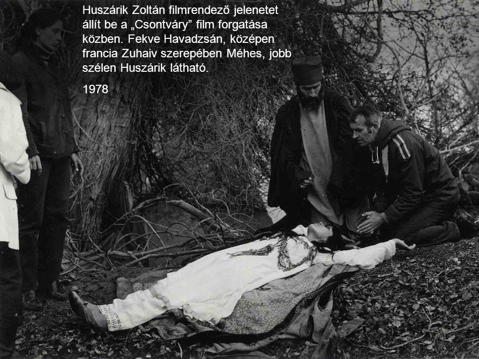 """Huszárik Zoltán filmrendező jelenetet állít be a """"Csontváry"""" film forgatása közben. Fekve Havadzsán, középen francia Zuhaiv szerepében Méhes, jobb szé"""