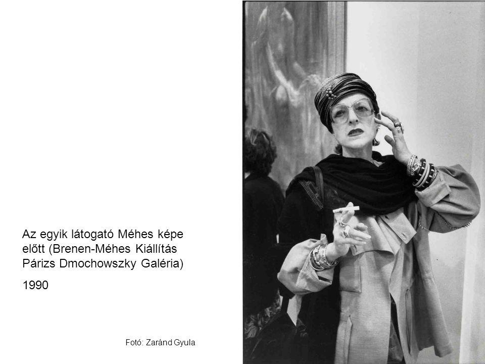 Az egyik látogató Méhes képe előtt (Brenen-Méhes Kiállítás Párizs Dmochowszky Galéria) 1990 Fotó: Zaránd Gyula