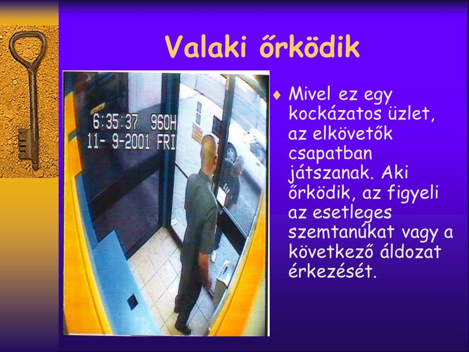  Itt látható a következő ügyfél aki használja az automatát miután be lett helyezve a csapda.