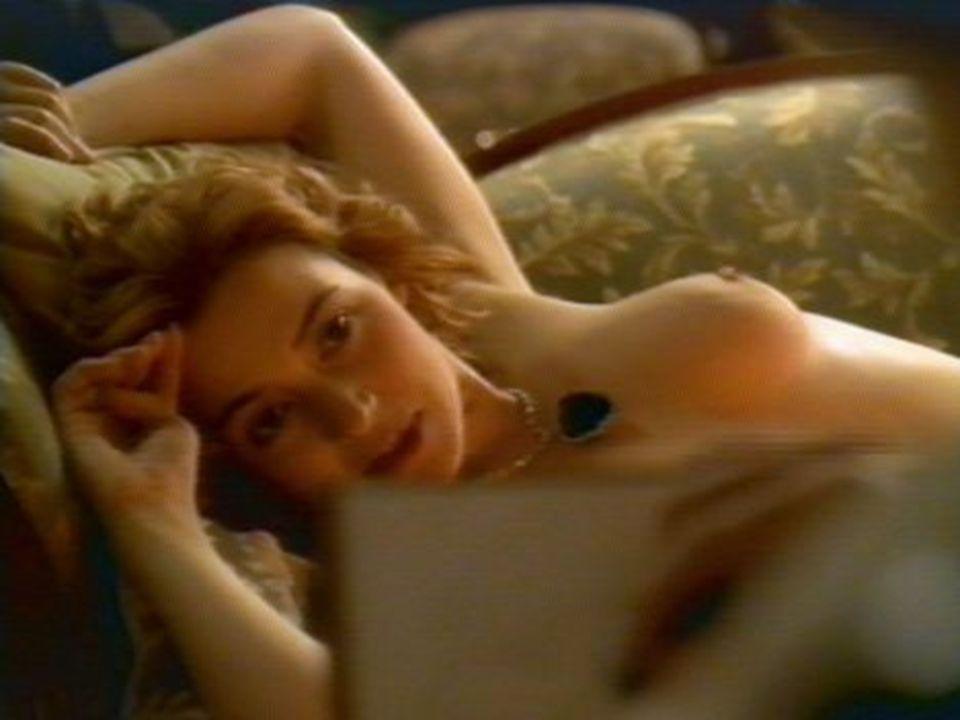 Annál a jelenetnél, amikor szemérmesen felfedi testét, annak vonalait, szépségét - mellei kisimulnak Csak 16 éven felüliekenek