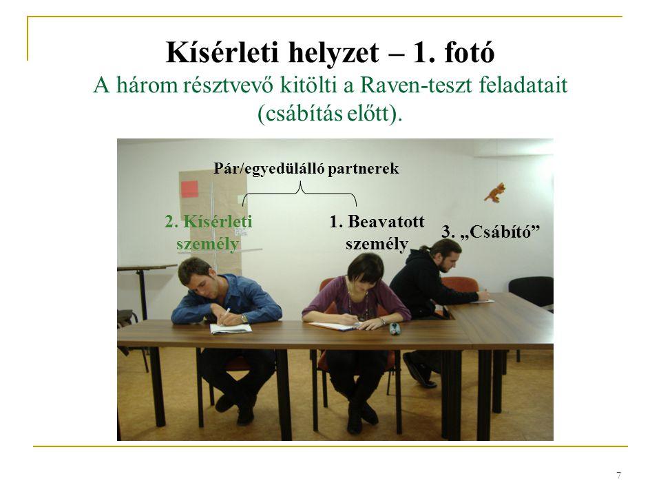 7 Kísérleti helyzet – 1.fotó A három résztvevő kitölti a Raven-teszt feladatait (csábítás előtt).