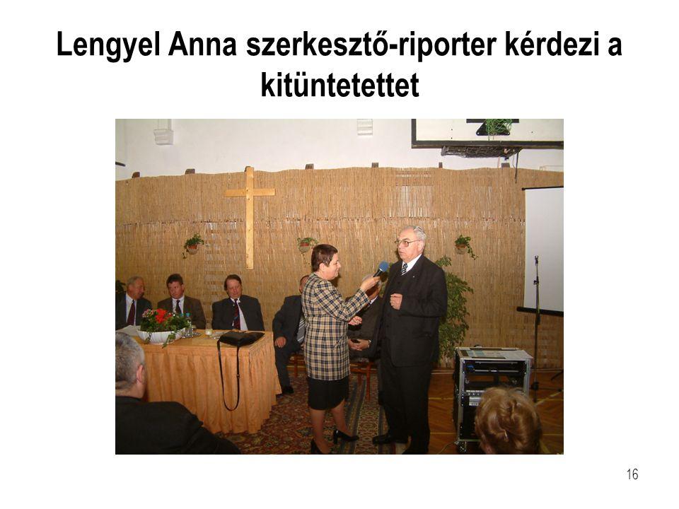 16 Lengyel Anna szerkesztő-riporter kérdezi a kitüntetettet
