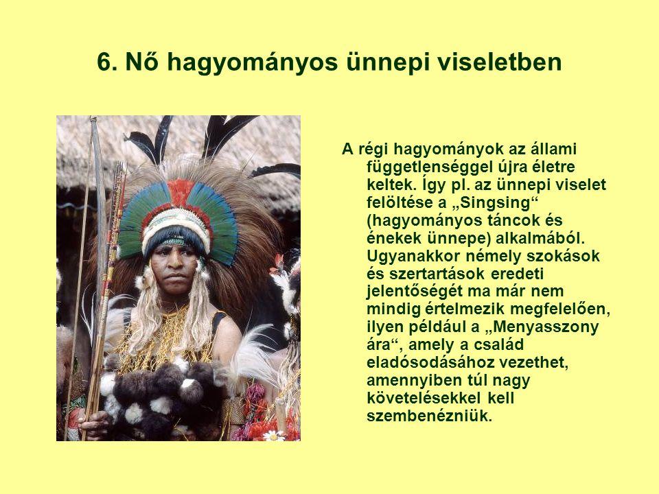 """6. Nő hagyományos ünnepi viseletben A régi hagyományok az állami függetlenséggel újra életre keltek. Így pl. az ünnepi viselet felöltése a """"Singsing"""""""
