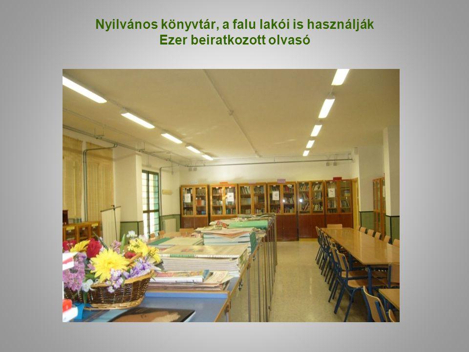 Nyilvános könyvtár, a falu lakói is használják Ezer beiratkozott olvasó