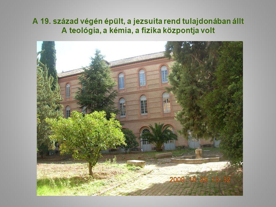 A 19. század végén épült, a jezsuita rend tulajdonában állt A teológia, a kémia, a fizika központja volt