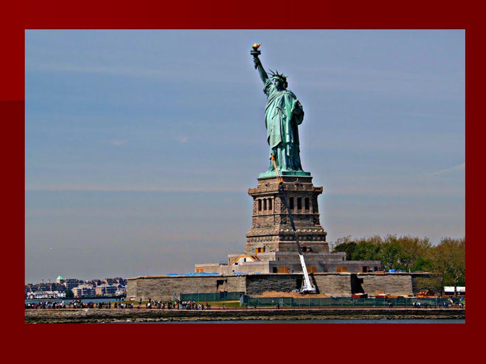 A szobor a talapzattal együtt 100 méter magas, kinyújtott jobb karja a szabadság fáklyáját emeli magasra, míg bal kezében a Függetlenségi Nyilatkozat