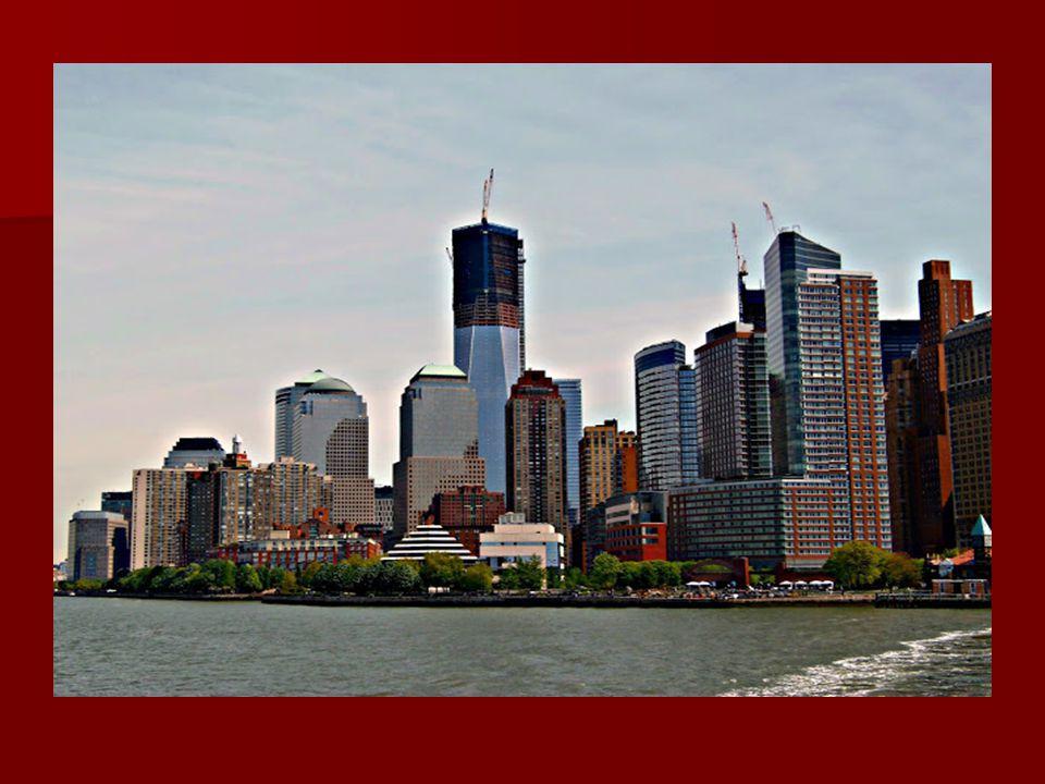 Útközben a hajóról megcsodálhatjuk Manhattant, rajta a lerombolt tornyok helyén épülő felhőkarcolóval, amely a város legmagasabb épülete lesz. Útközbe