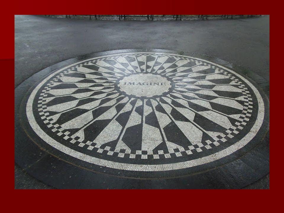 A Central Park szélén áll a Dakota ház, melyben John Lennon lakott, amelynek a bejárata előtt gyilkolták meg. A Central Park szélén áll a Dakota ház,