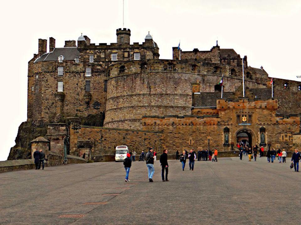 Az Edinburgh-i vár: A vár, a Castle Rocknak nevezett hatalmas bazalttömbre épült. Ez a csodálatos természeti képződmény ideális hely volt egy várerőd