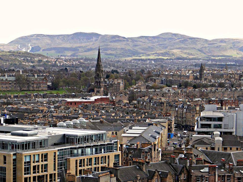 """Edinburgh-t """"Öreg füstösként (Auld Reekie)"""" emlegetik a helyiek, kissé érzelgősen, a kéményfüstös időszakra emlékezve. 1836-ban indult meg a vasúti kö"""