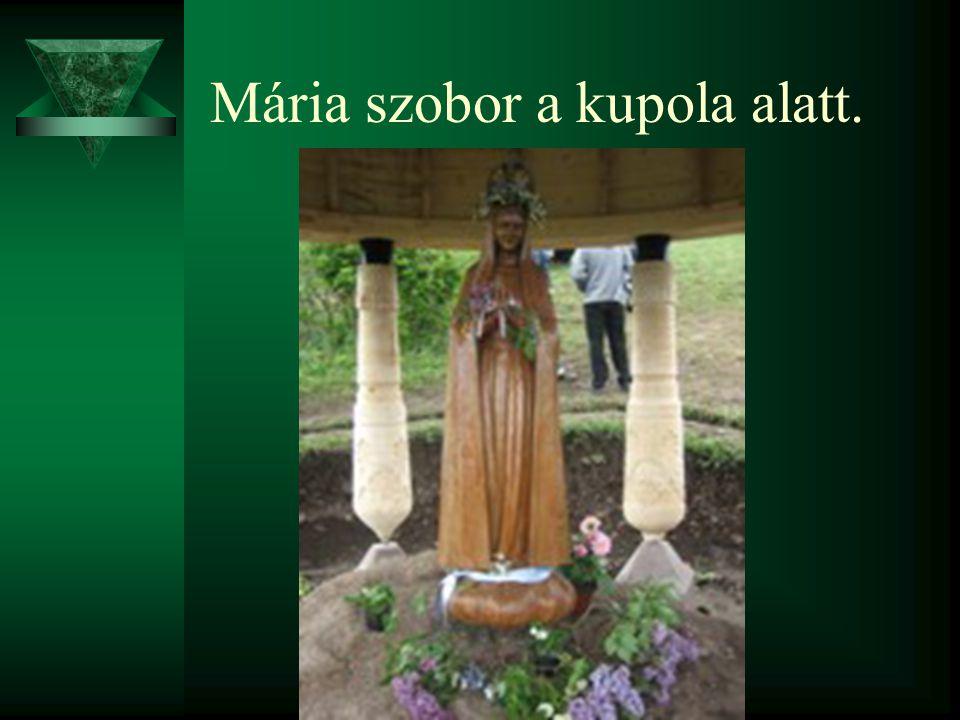 Mária szobor a kupola alatt.
