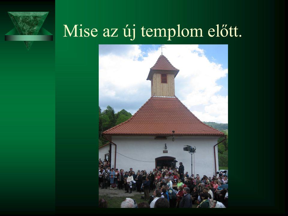 Mise az új templom előtt.