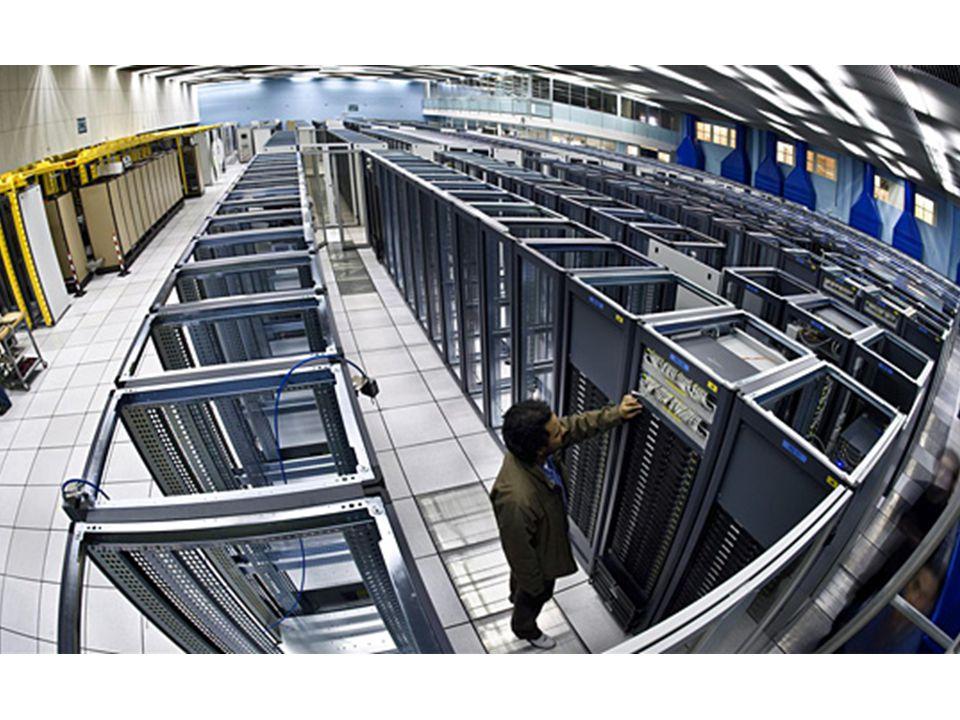 Mainframe • nagy mennyiségű adat feldolgozására és több, terminálokon keresztül kapcsolódó felhasználó kiszolgálására használt központi gép • a feldolgozás a központi gépen folyik • képesek egy időben nagyon sok program gyors futtatására.