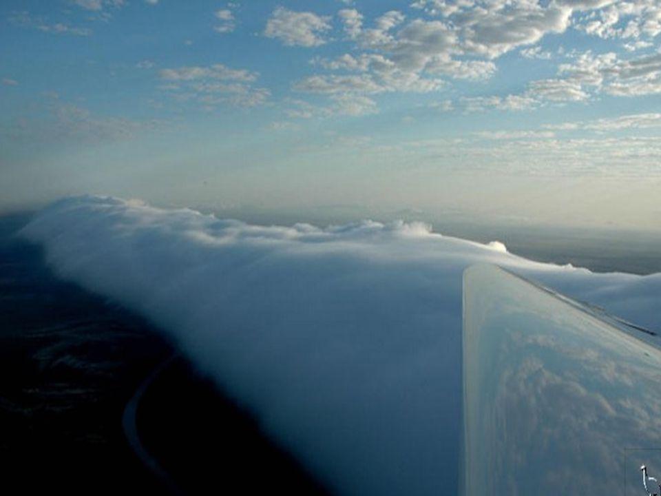 A jelenség oka, hogy a reggeli órákban a tenger feletti meleg, nedves levegő a feljebb lévő hidegebb légrétegek fölé áramlik.