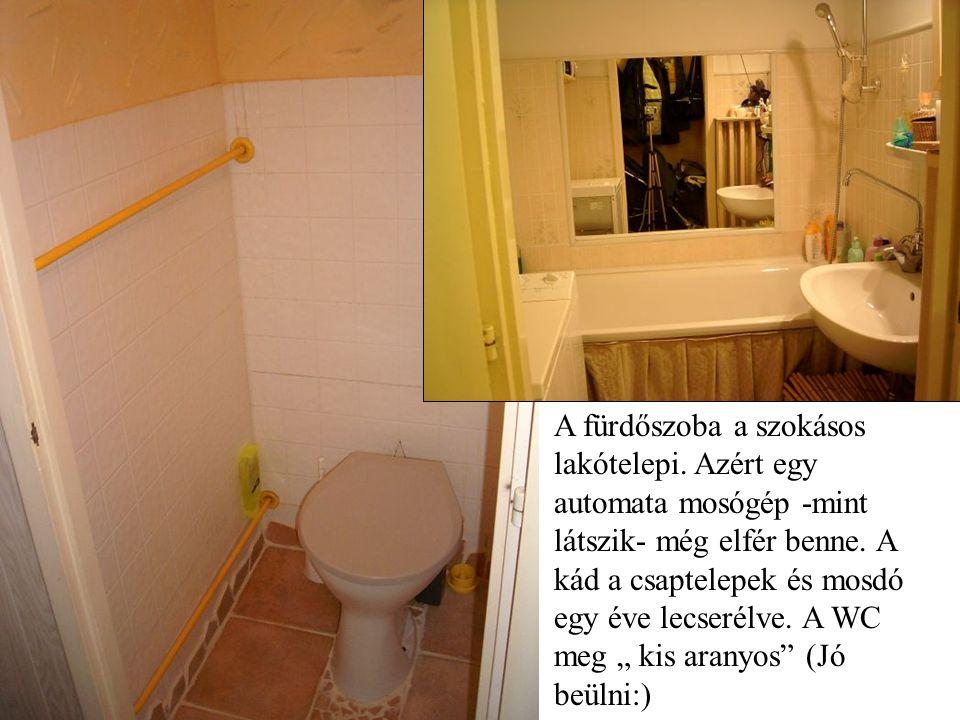 A fürdőszoba a szokásos lakótelepi. Azért egy automata mosógép -mint látszik- még elfér benne.