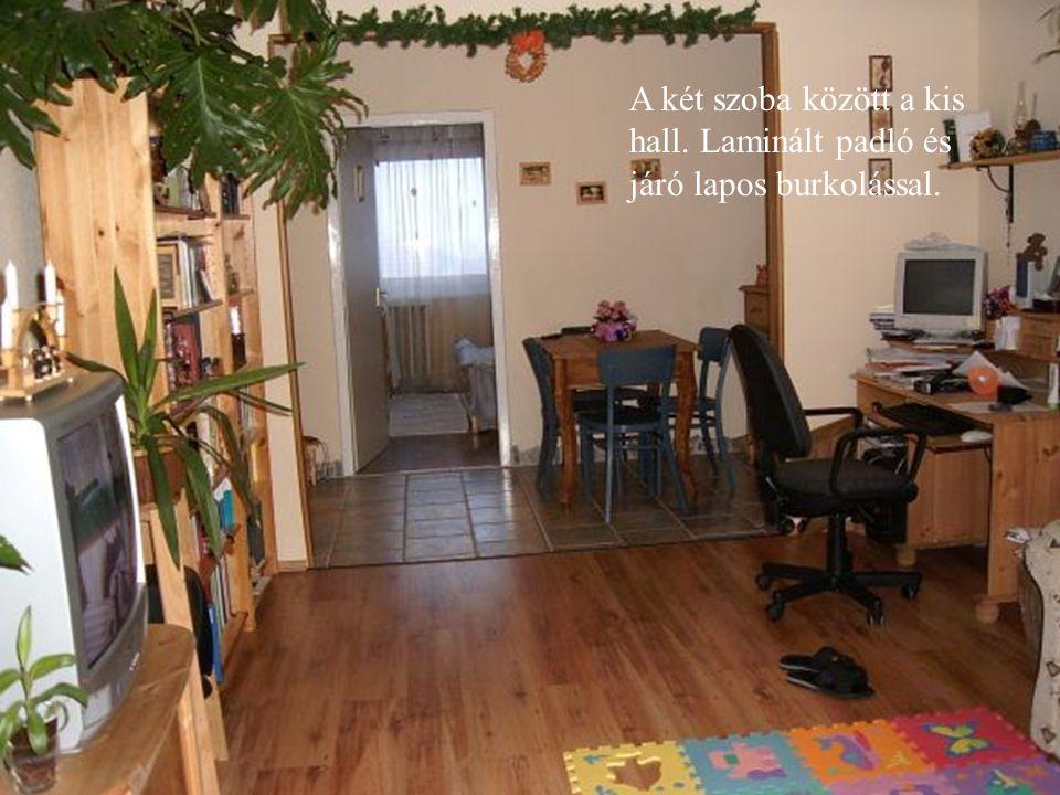 A két szoba között a kis hall. Laminált padló és járó lapos burkolással.