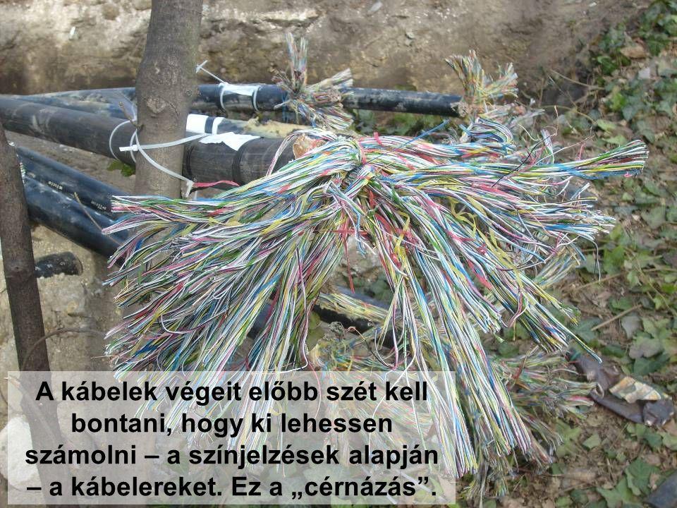 A kábelek végeit előbb szét kell bontani, hogy ki lehessen számolni – a színjelzések alapján – a kábelereket.