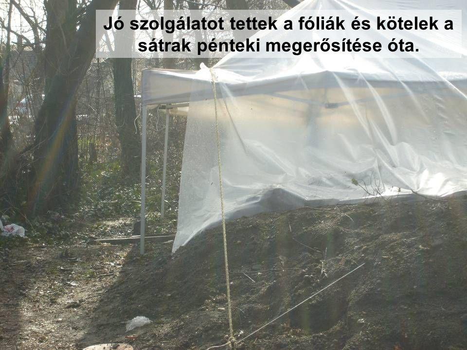 Jó szolgálatot tettek a fóliák és kötelek a sátrak pénteki megerősítése óta.