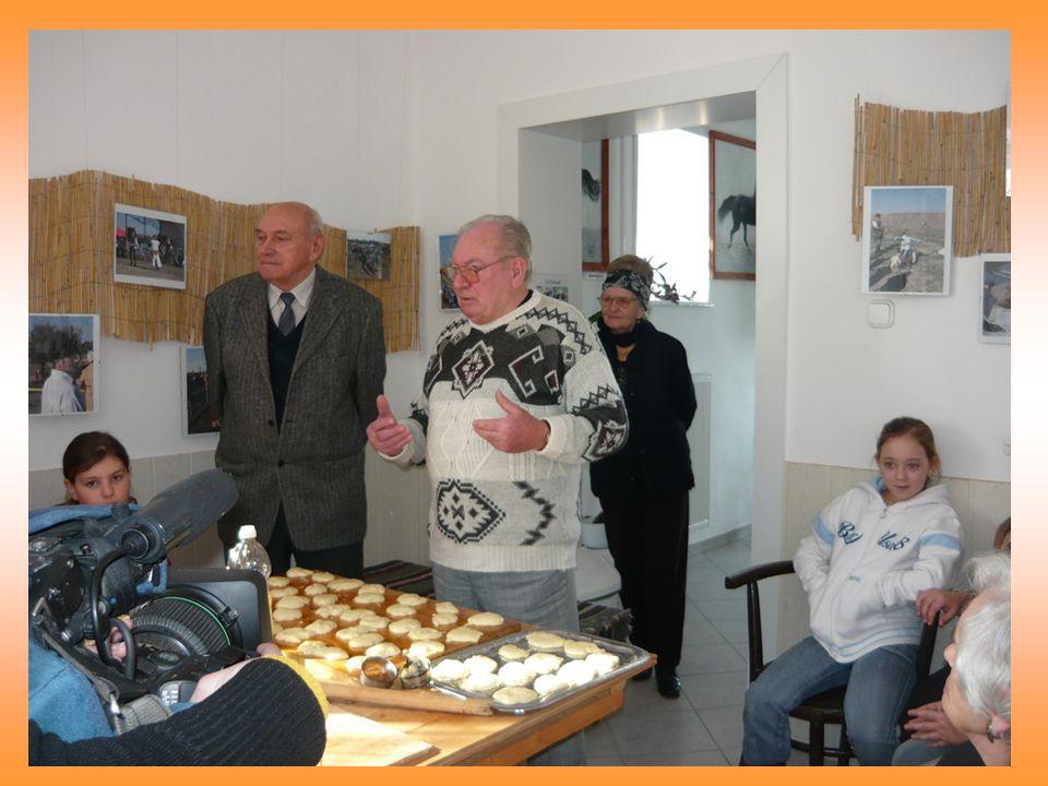 A 3-4. osztályosok derelyét készítettek a Vehiculum-Ház konyhájában. Munka közben Besenyszög régi életéről mesélt Boros Antal és Boros Bálint.