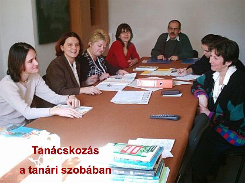 Tanácskozás a tanári szobában
