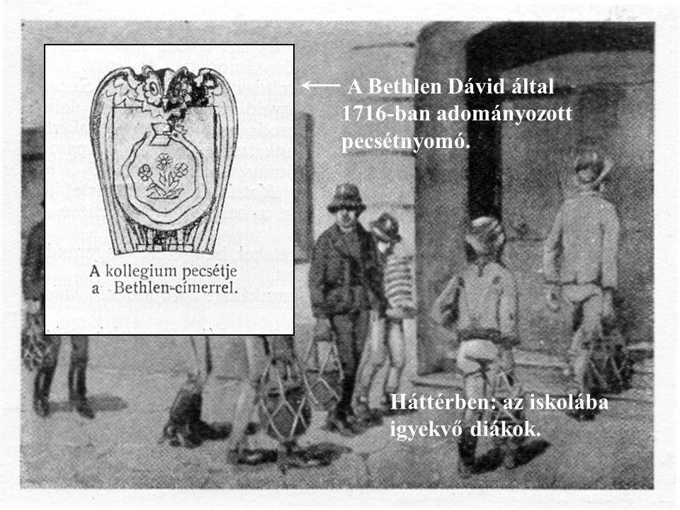 A Bethlen Dávid által 1716-ban adományozott pecsétnyomó. Háttérben: az iskolába igyekvő diákok.