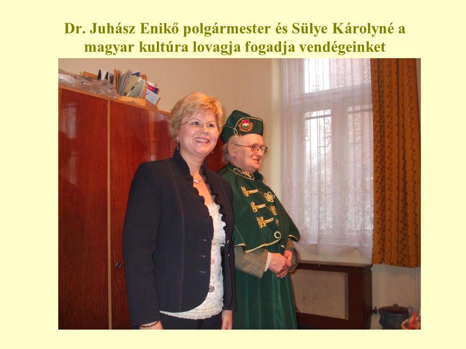 Dr. Juhász Enikő polgármester és Sülye Károlyné a magyar kultúra lovagja fogadja vendégeinket