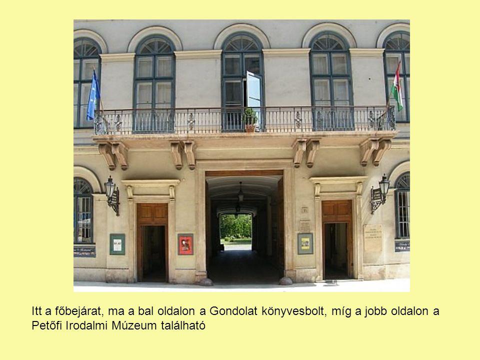 Itt a főbejárat, ma a bal oldalon a Gondolat könyvesbolt, míg a jobb oldalon a Petőfi Irodalmi Múzeum található